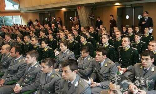 方便调查中国人,意大利400名税警在拉奎拉学习中文