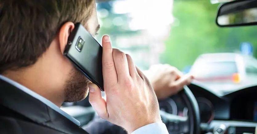 意大利或推新规: 开车看手机,驾照将即刻被扣! 查看地图也不行! 意国新闻 第2张